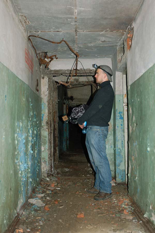 Gerrit leest muurteksten-Lutzk 1 UA 2010 kl